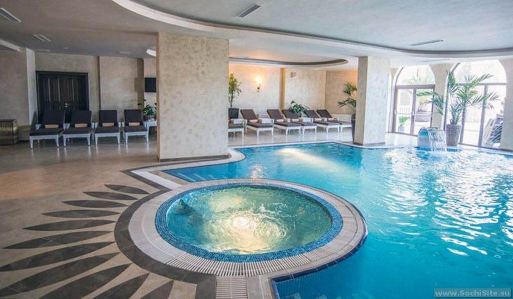 Бассейн в гостинице Богатырь Сочи