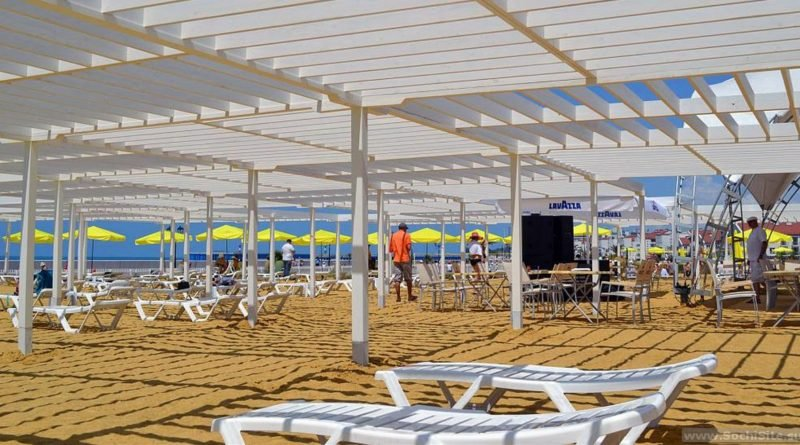 Песчаный пляж в Сочи